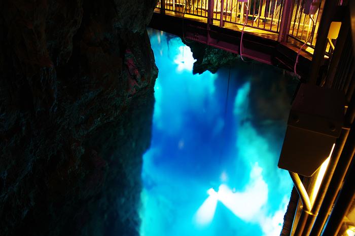 こちらは第一地底湖。水深35mの世界は、覗いていると吸い込まれそう!神秘的な地底湖の青は、本当に美しすぎです。