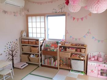 絵本ラックや子供用の机、椅子が使われた子供部屋。背の高さに合わせたアイテム選びで、スッキリとして小さな子が使いやすく、遊びやすい空間に。