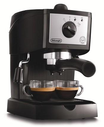 イタリアの家電ブランド、デロンギのコーヒーメーカーです。 カフェポッドとコーヒーパウダーの両方に対応。業務用マシンと同じポンプ式抽出を採用しているため、本格的なエスプレッソを楽しめるのが魅力です。  きめ細かなミルクを泡立てる高性能スチームノズルで、カフェラテやカプチーノを手軽に作ることもできますよ。  モノトーンカラーのシンプルなデザインで、キッチンに映えるスタイリッシュな佇まいも素敵です。