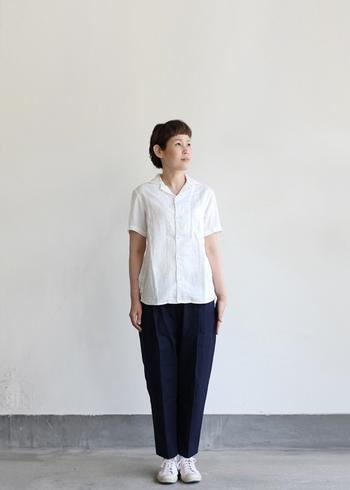 綿100%、ガーゼ素材のシャツなら着心地は抜群です。ベーシックなデザインなら、ボトム選びに困りません。
