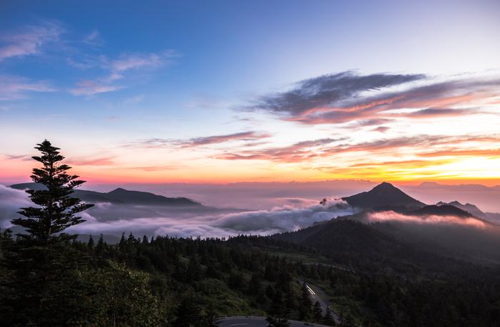 条件が合えば素晴らしい雲海を眺めることも。横手山頂ヒュッテには宿泊施設もあるので、こんな幻想的な光景に巡り合うこともでるかも知れませんね。