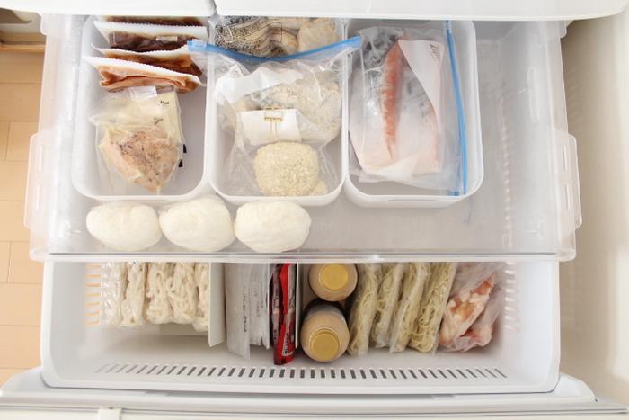 冷凍庫の節約方法は冷蔵庫とは「逆」です。 7割以上詰めて置いた方が、お互いが保冷剤のような役割になり、結果的に電気代の節約になります。  収納方法を工夫して、あまり隙間を作らないようにするのが◎ 冷凍食品などは仕切りや収納用品を使用し、立てて収納するとたくさん入り、取り出しやすいですよ。