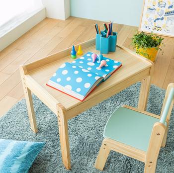 子供用の小さな机はシンプルに引き出しが一つ。明るい色合いと木目が色々なお部屋に馴染みます。