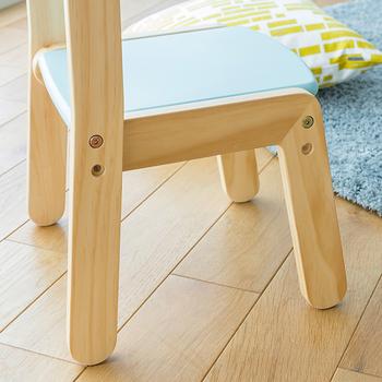 こちらも座面の高さを変えることが可能です。また椅子の足は丸く加工されていて、床や子供の足を傷付けにくいように配慮されています。