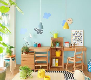 そんなお悩みを解決する一つの方法がキッズ家具を取り入れること。子供が使いやすい家具を使うことで、おもちゃや絵本、文房具類をスッキリと片付けることができます。ご紹介する大人顔負けのキッズ家具はオシャレで上質。成長に合わせて変化できるので長く使うことができます。