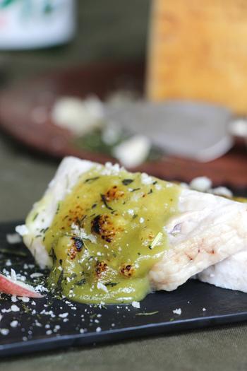 粉末の緑茶とチーズを使ったソースで作る、和洋折衷レシピです。ソースや白身魚や鶏肉との相性抜群!
