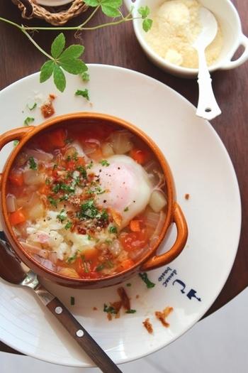野菜をたくさん使う料理とえば「スープ」がおすすめ。玉ねぎ、にんじん、じゃがいも……、細かく刻んでミネストローネ風のスープにしちゃいましょう。パンはもちろん、ごはんにかけても◎