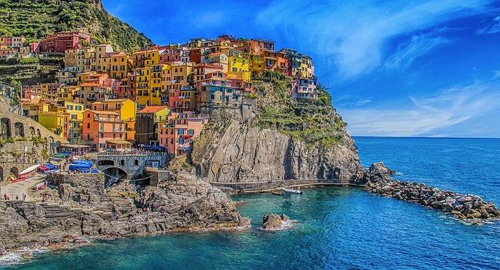 「チンクエ・テッレ」は、海岸沿いに小さな5つの村が集まってできています。崖にひしめくように建つカラフルな家と美しい海との調和が絶景で、世界文化遺産にも登録されています。イタリア有数の観光地ですが日本ではあまり知られておらず、行けば自慢できるかもしれませんよ。