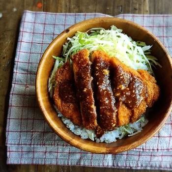 ボリューム満点のソースカツ丼も鶏むね肉を使ってヘルシーに。ダイエット中でもカツ丼が食べたい!という人にもおすすめです。