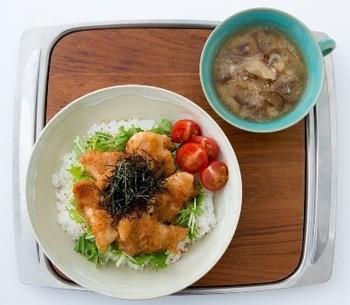 暑い日でもさっぱり食べられる鶏肉のみぞれ和えをごはんに乗っけた一品。ボリュームもしっかりあるのにさっぱりしているので、暑い日の夕飯にも喜ばれそうです。