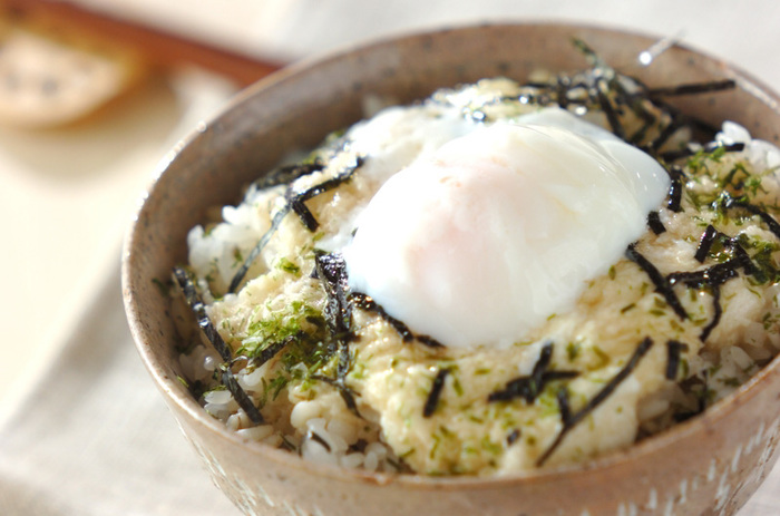 食欲のない日もパッと作れて、パッと食べられる麦トロご飯。温玉を乗っけてさらに美味しく♪