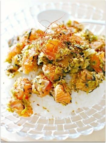 大きめに切ったサーモンと高菜おろしのサッパリとしたのっけごはん。ご飯は炊き立ても酢飯もどちらでも美味しくできちゃいます。おもてなしには大皿で出すのもいいですね。