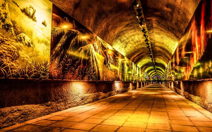 黒谷入口から洞くつに向かう途中にある「 3億年のタイムトンネル」。全長187メートルの人工トンネルには、地球誕生から現代までの秋吉台をイメージした、56枚の絵が飾られていてタイムスリップしたかのような空間が広がっています。