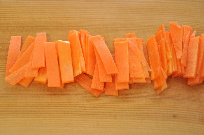 短冊のような長細い切り方が特徴的な「短冊切り」。繊維にそって短冊切りにすることにより、食材の食感をしっかり味わうことが出来ます。