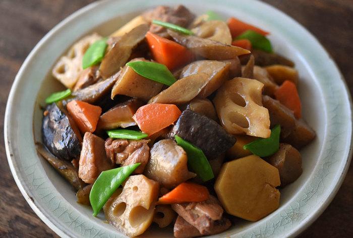 【筑前煮】 乱切りにすることで、味が染み込む面積が広がり、煮物などは特に美味しくつくり上げることが出来ます。違う野菜も大きさをしっかり揃えることが大切なポイントです。