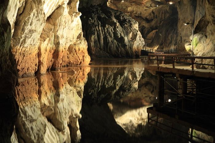 光と岩のコントラストに、鏡のように澄んだ水面、どこを見ても驚くほど神秘的。