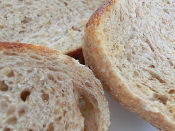 国産小麦と、千葉県の酒蔵「寺田本家」の酒粕酵母で作られるパンは、もっちりとして味わい深いものばかり。天然酵母のパンは、噛むほどに美味しさを感じられます。