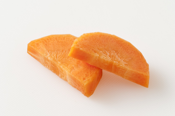 大根やニンジンなど、特に棒状の野菜に多く用いられる切り方がこの「半月切り」です。半月切りは、細長い食材でも汁や出汁に浸る断面が増えるのと、見た目も美しいのでよく用いられていますね。 棒状の食材を縦半分に切り、切り口を下にしたら、端から一定の厚さで切ります。見た目の通り、半月の形からこの名がついています。