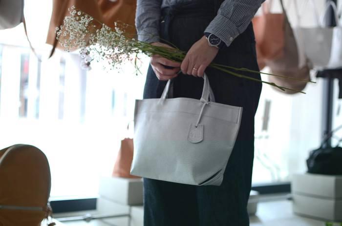 シャツを羽織るように気軽に持とう。軽くやわらかなREN(レン)のレザーバッグ