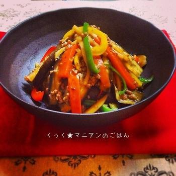 【麻婆茄子】 麻婆茄子の、茄子と人参も短冊切りにすることで、ひき肉と絡まりお箸が止まらなくなるレシピになります。見た目も綺麗なのでお弁当にもGOOD!