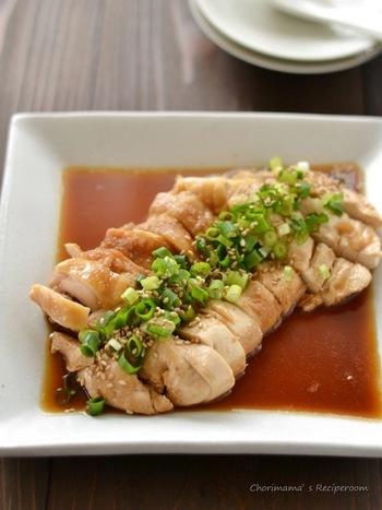 【中華風レンジ蒸し鶏】 大きさをそろえた小口切りのネギが、主役の鶏肉をさらに引き立たせてくれています。