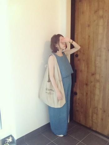 夏らしいブルーのオールインワン。たっぷりサイズのバッグもリラックスコーデにぴったりですね。