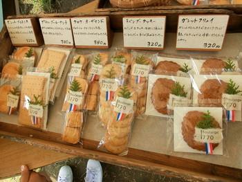 各種パンの他にも、焼き菓子やラスク、クルトンなどが販売されています。ラッピングもとっても可愛い♪ちょっとしたお遣い物にもぴったりですね。