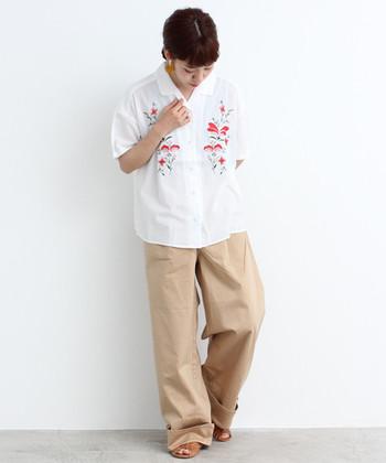 レトロ感のある刺繍入りシャツは、ガーリーにもボーイッシュにも使えるスグレモノ。着心地の良いコットン100%素材が嬉しいですね。