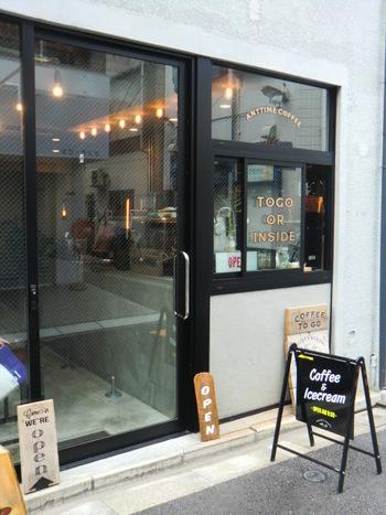 お店は新日本橋駅にほど近い裏路地にあり、シンプルでおしゃれな外観が印象的です。ハンドドリップで淹れる美味しいコーヒーをはじめ、スイーツやフードメニューも充実。オフィス街が近いということもあり、サラリーマンやOLの方も訪れるそうです。一人でも気軽に立ち寄れるアットホームな雰囲気なので、コーヒー好きの男性にもぜひおすすめです。