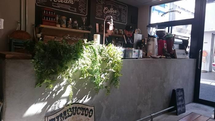 海外のカフェバーをイメージした店内は、明るくて開放的な雰囲気。古い水道管や椅子をアレンジしたアンティーク雑貨など、おしゃれで心地の良い空間にほっと癒されます。こだわりの美味しいコーヒーとアイスクリームをいただきながら、贅沢なひとときが過ごせる素敵なカフェです♪