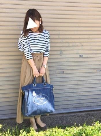 ボーダーシャツとワイドパンツも簡単にコーデできるので、何を着ようか迷った時にもおすすめです。バッグもポイントになっていますね。