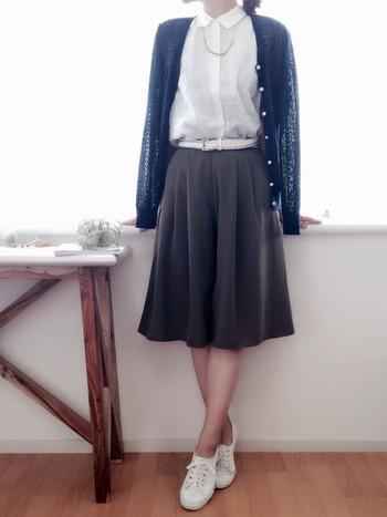 一見スカートのように見えますが、実はガウチョパンツ。きれいめコーデにピッタリです。足元はスニーカーにすると、フォーマルすぎず軽い印象に。軽作業がある時もお手伝いしやすくなりますね。