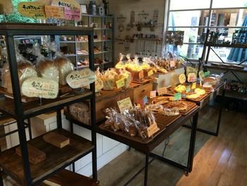 3~4人くらい入るといっぱいになってしまう小さな店内には、焼きあがったパンのいい香りが充満しています。栃木県産小麦「ゆめかおり」を100%使用して作られるパンは、どれも噛めば噛むほど小麦の甘さが引き立ちます。
