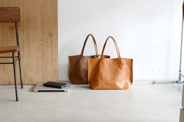 """「シャツを羽織れるように気軽に持てること」を意識して作られているRENのバッグ。""""レザーバッグは重たいもの""""という考えを根本から変えてくれる軽さが魅力です。  たとえばこちらのソラム・ワイドトートMは、A4サイズがすっぽり入る大きさなのに、重さはりんご2個分!しっかりとした見た目からは想像できないほどの軽さに、初めて手に取った方が驚くのも頷けます。  どんなにデザイン性の高いバッグでも、重いものは使うシーンを選んでしまいますよね。RENのバッグはデイリーユースにはもちろん、出張や旅行など、様々なシーンで活躍します。"""