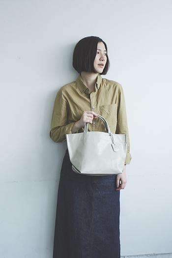 RENのバッグは、持つ人や着る服を選ばないシンプルなデザインが多く見られます。中でも定番のトートバッグシリーズは、レジ袋や紙袋をデザインソースに作られているため、潔いほどにすっきりとした佇まい。その分、素材の風合いを存分に楽しむことが出来るんです。