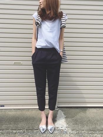 白シャツに紺のテーパードパンツできちんと感がありながらも、ボーダーシャツを肩掛けにしてカジュアル感を出しています。こなれた感じがカッコいいですね。