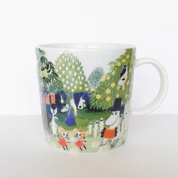 目覚めの1杯を明るく楽しい気持ちで飲みたい日は、いろんな柄が可愛いマグカップはいかがでしょうか?このマグカップは、フィンランドの陶器メーカー「アラビア社」と「ムーミン谷博物館」とも呼ばれているフィンランド・タンペレ私立美術館とのコラボグッズなんです。  ぽってりとした質感はアツアツのカフェオレが似合いそうです。