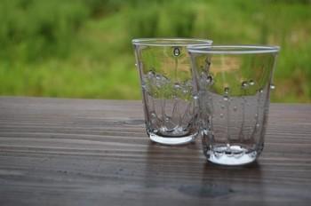 水面に落ちた雫がはねたイメージで作られたグラスは、その名も「雫のグラス」。厚みのあるガラスなので、ミネラルウォーターはもちろん、アイスティーや牛乳など何でも似合うデザインです。  何気なく使うグラスだからこそ、良いものにこだわってみたいものですね。