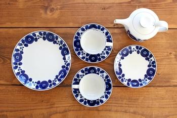 長崎・波佐見焼の「白山陶器(はくさんとうき)」のプレートは明るいブルーが美しいです。1番大きいプレートは、直径23.5㎝あるので家族みんなの朝食を盛り付けるのにもおすすめです。  梅雨の時期や暑い日など、何となくテンションが上がらない日もこんな明るいプレートで朝食をいただけば、元気に1日を過ごせそうです。