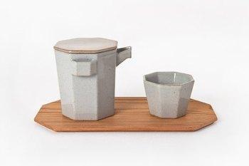 一人用の急須と湯呑のセットです。茶葉にお湯を注いで蒸らし、注ぐ。おいしい日本茶を淹れるのは簡単そうで奥が深いといわれています。  忙しい朝だからこそ、1杯のお茶を丁寧に淹れて気持ちを引き締めるのも大切ではないでしょうか?