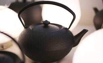 朝は日本茶で、という方におすすめなのがこちらの急須。山形県銅町の鋳物工房で1点ずつ手作りしているんです。山形鋳物は、平成時代から続いている伝統的な鋳物です。お湯の温度を一定に保ち、保温性も高く、錆びにくい点が評価されています。  丁寧に淹れたお茶は寝起きの頭をしゃきっとしてくれます。