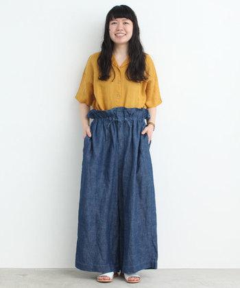 ゆったりサイズのシャツは、ゆるっとしたコーデでラフに着こなしても。「カラシ」色は、意外と使いやすいおすすめカラーです。