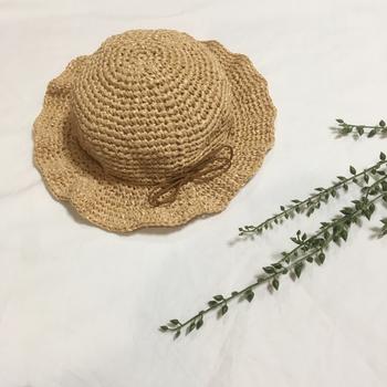 絵本に出てきそうなオーソドックスな麦わら帽子。 エコアンダリヤの麦わら色で編まれています。しっかり細編みで編まれた生地はとても強く、形をバッチリ保ってくれます。  メーカーのハマナカさんのサイトでは、帽子の型や、編み終わった後に形を整えたり、より丈夫にする方法やアイテムも紹介されていますよ。