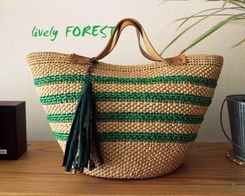 夏の定番かごバッグもエコアンダリアで作れちゃいます。 大人っぽいシルエットにまとまったこちらのバッグはカラーリングがポイント。グリーンのラインとタッセルがおしゃれアクセント。横長のフォルムで、カジュアルにもエレガントにも様になるアイテムです。