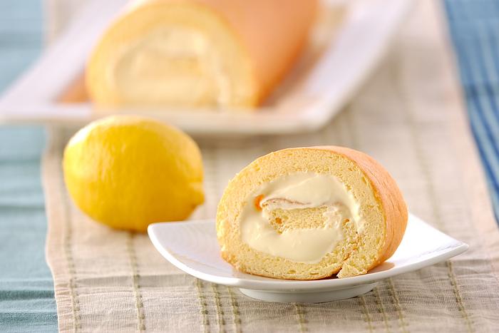 レモンクリームを包んだ、ロールケーキ型のレモンケーキ。 レモン皮入りの優しい味わいと口当たりのやわらかいロールケーキの組み合わせを楽しんでみてください。