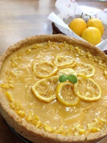 レモン尽くしの、ちょっぴり酸味のある爽やかなレモンタルト。 これなら甘いものが苦手な方でもおいしくいただけそうです。