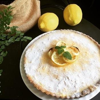 レモンカスタードとレモンゼリーの組み合わせが豪華なレモンタルト。 贈り物にもホームパーティーにも活用できますね。