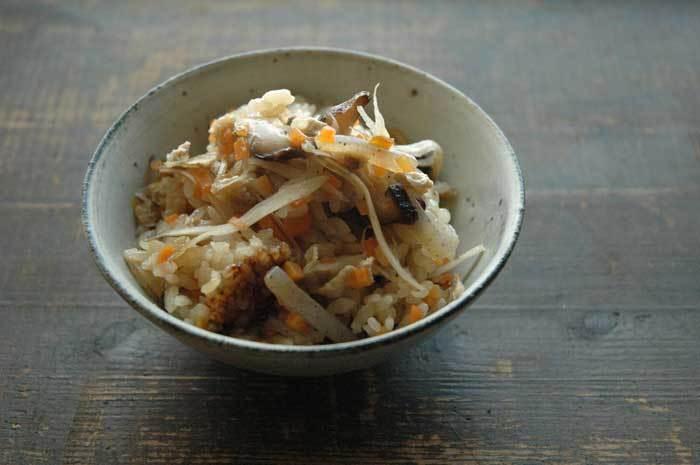 【五目ごはん】 お米と合わせて炊く五目ごはんに入れるごぼうは、細くこまかいささがきにします。そうすることで、ごぼう自体が主張しすぎず、いい塩梅で五目ごはんの味付けと食感に徹してくれています。そしてこのレシピは、油揚げや人参をみじん切りにするので、今回ご紹介した「切り方」のまとめ集大成のようなレシピなんですよ。