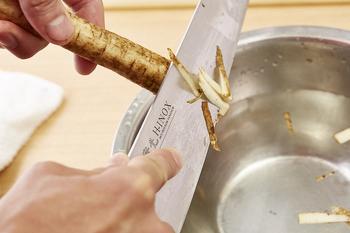 ゴボウなどを鉛筆削りの要領で削っていく「ささがき」。