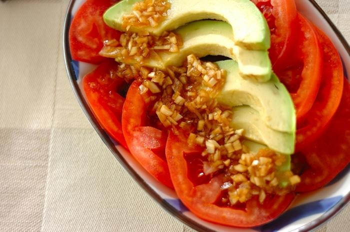 【トマトとアボカドの和風サラダ】 トマトとアボカドの上に、みじん切りにした玉ねぎのドレッシングを。みじん切りにした玉ねぎからエキスが出るので、少し早めに作ってなじませておくと、より美味しくできますよ。
